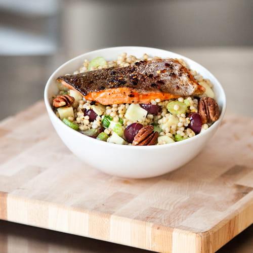 Bol de salade au sorgho chaud à la truite poêlée épicée