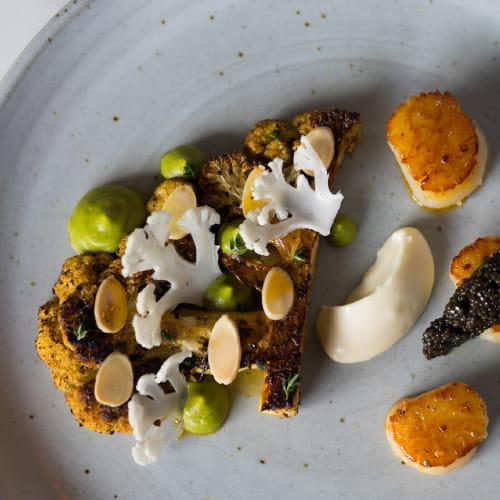 Chou-fleur BBQ style brésilien aux amandes et aux pétoncles poêlés avec sauce au cari vert et caviar acadien