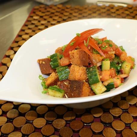 Salade de pain et vinaigrette au paprika fumé