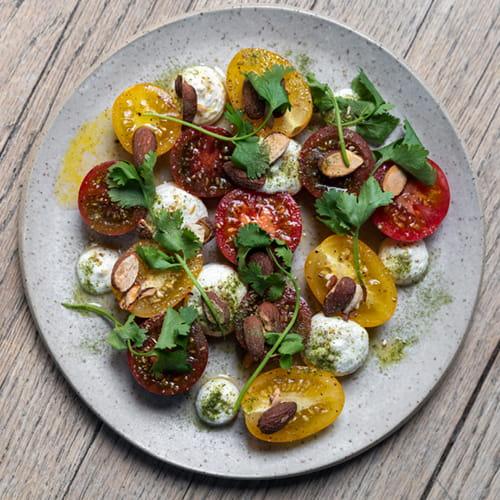 Salade de tomates anciennes et fromage de chèvre fumé avec vinaigrette à la cardamome et à la vanille