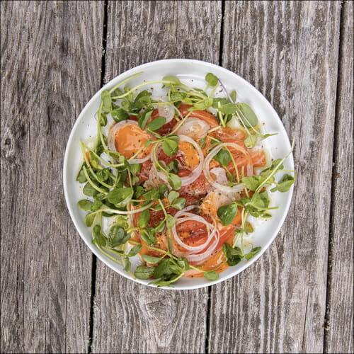 Crudo de saumon avec mayonnaise au cari rouge, échalotes, pousses et kombu