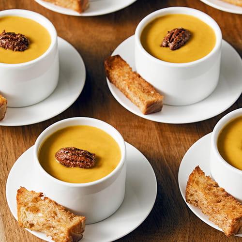 Petits verres de soupe à la courge Butternut, avec pacanes épicées et croûtons à la cannelle