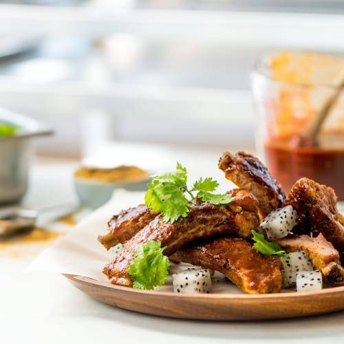 Côtes levées BBQ assaisonnées au bacon avec pitaya marinée