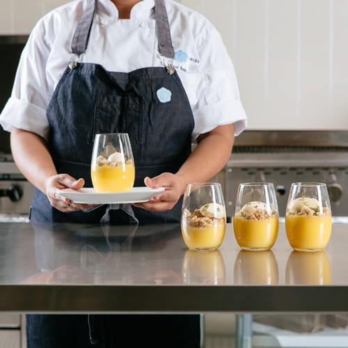 Crème de citron et de baies de genièvre avec chapelure au thym et crème glacée aux herbes de Provence