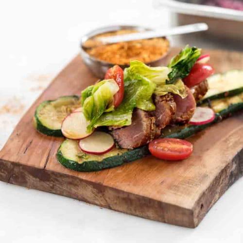 Thon poêlé, courgettes et romaine grillées, salade fraîche de tomates raisins et sauce ponzu