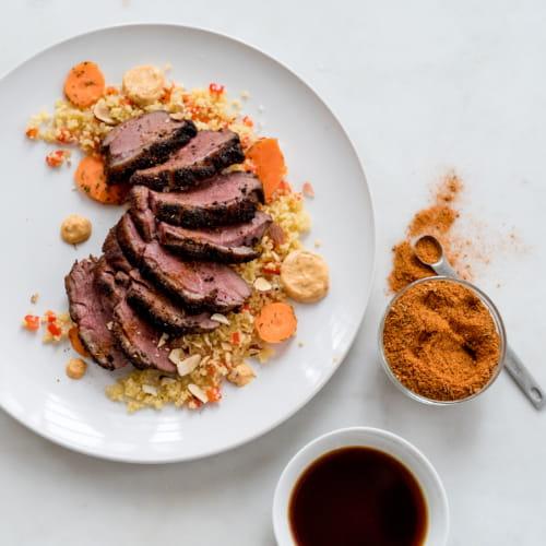Magret de canard servi avec couscous, aïoli à la cajun et carottes marinées à la vanille