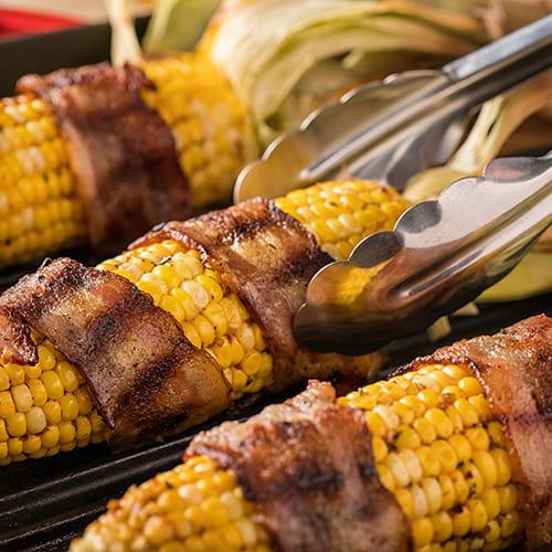 Maïs au beurre parfumé au bacon et à l'érable enrobé de bacon croustillant