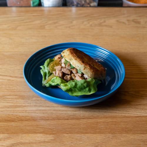 Porc braisé épicé sur pain de style baijimo avec trempette au piment de Cayenne