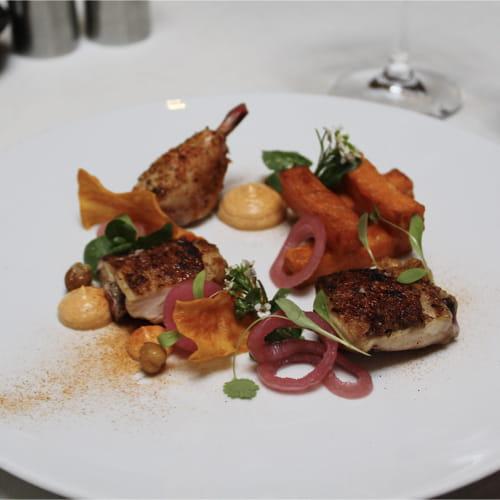 Cuisse grillée et pilon confit de poulet de Cornouailles, ignames pont-neuf, yogourt au cari, oignons rouges marinés et coriandre