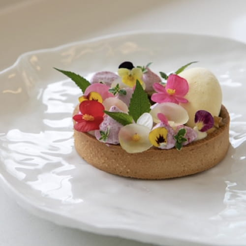 Tartelette aux pommes et au panais caramélisé avec crème glacée à la cardamome et meringue croquante au poivre rose