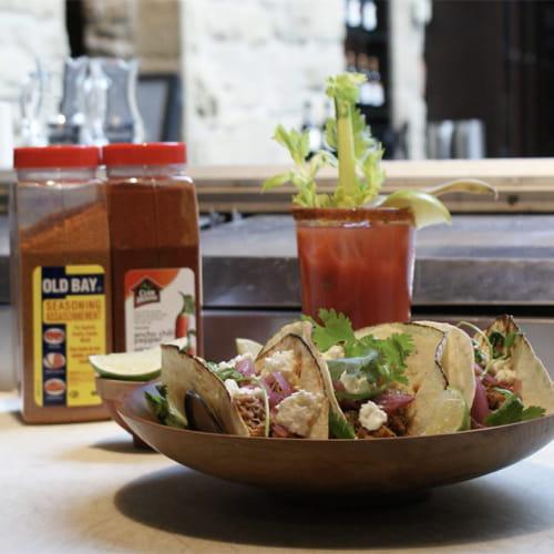 Tacos façon cuisine de rue avec oignons rouges marinés, mayonnaise au chili ancho, coriandre et féta de chèvre émietté