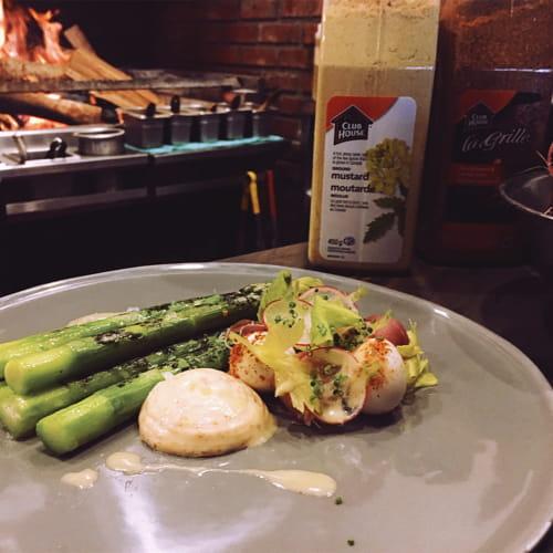 Salades aux asperges grillées avec œufs de caille pochés, prosciutto, aïoli au habanero et vinaigrette à la moutarde et au xérès