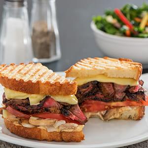 Panini au bifteck grillé et au fromage