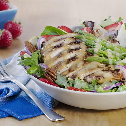 Salade d'été au poulet, aux fraises et aux asperges
