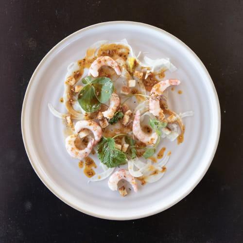 Crevettes à flancs rayés refroidies avec fenouil, croûtons au suif et vinaigrette brésilienne épicée