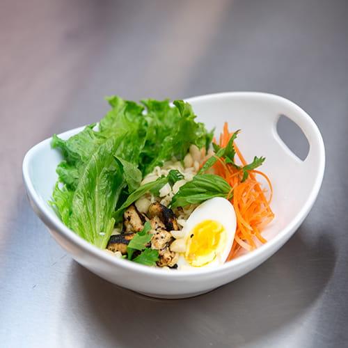 Salade saimin aux agrumes, sésame et fines herbes