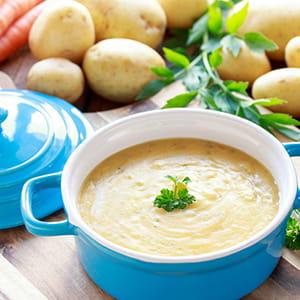 Soupe crémeuse aux pommes de terre et à l'ail grillé