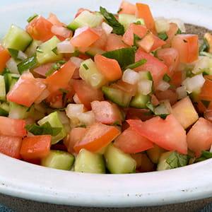 Salade au concombre, à la tomate et à l'oignon