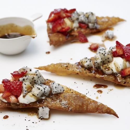 Feuilletés au pitaya et aux fraises avec sirop au poivre