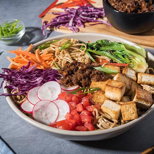 Bol de nouilles au tofu avec sauce XO végétarienne