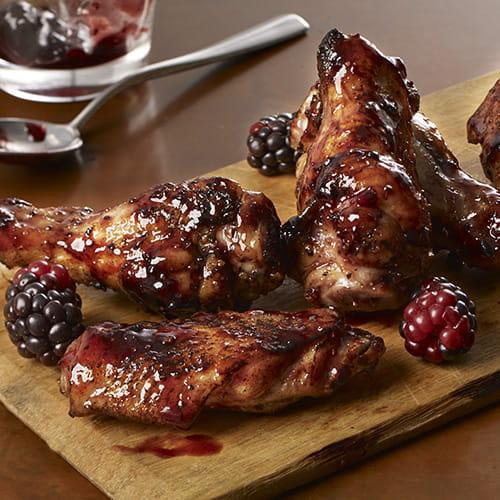Ailes de poulet grillées, mûres et poivre noir