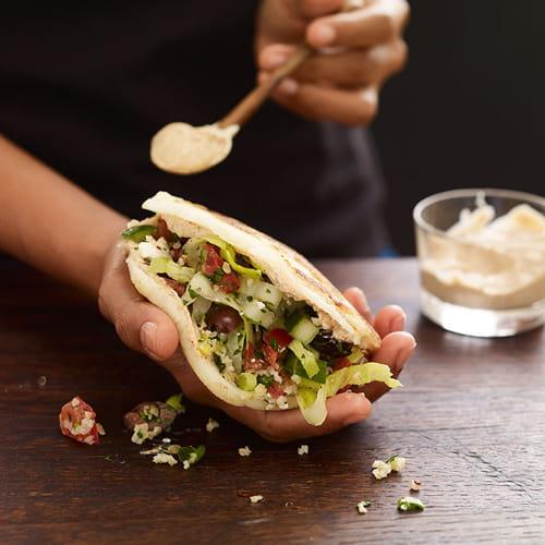 Arepas farcis au taboulé à la grecque avec sauce au yogourt et ancho