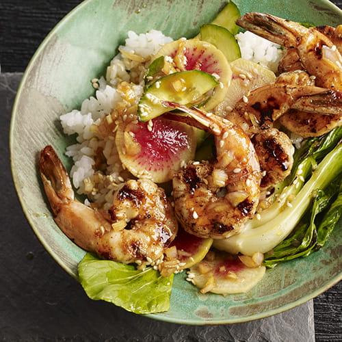 Poke de crevettes à l'ail et sésame grillé avec radis marinés et riz