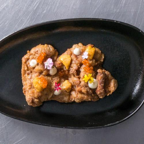 Poulet frit au garam masala et à l'aïoli garni d'œufs de truite et de corail d'oursin