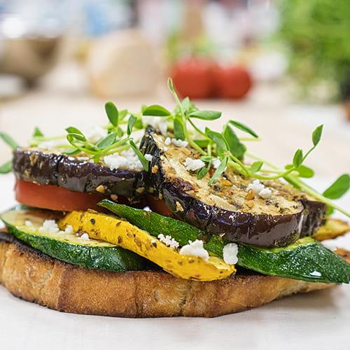 Sandwich ouvert à l'aubergine grillée