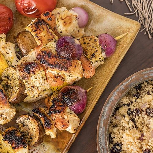 Brochettes de poulet à la marocaine avec couscous pilaf