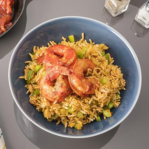Bol de crevettes épicées au riz noirci