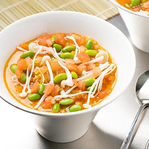 Soupe épicée aux lentilles rouges avec assaisonnement BBQ style coréen