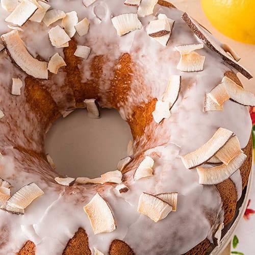 Gâteau au citron et à la noix de coco avec glace au citron