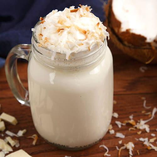 Chocolat chaud blanc à la noix de coco grillée