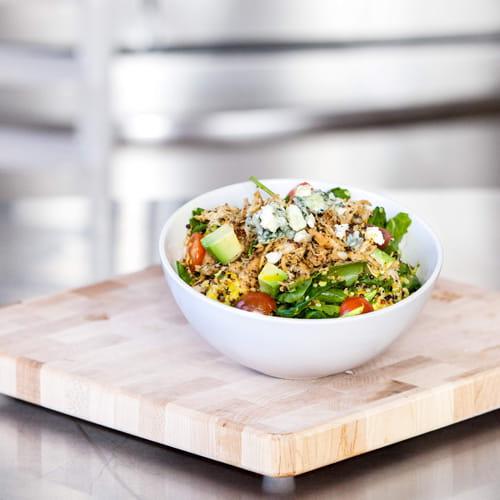 Salade de quinoa au poulet rôti, tomates anciennes, pousses de chou frisé et roquefort, vinaigrette au curcuma