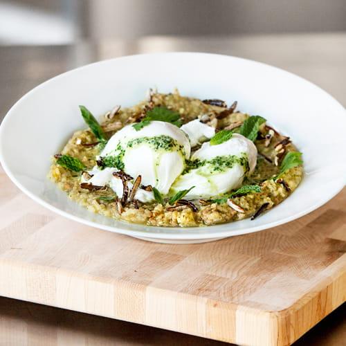 Congee au cari vert thaïlandais, saucisses thaï, œufs pochés et riz soufflé