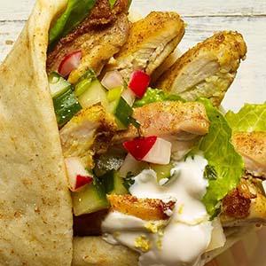 Roulé de shawarma au poulet à la relish de concombre et de radis
