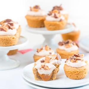 Bouchées snickerdoodle fourrées au caramel et garnies de crème fouettée au lait de coco