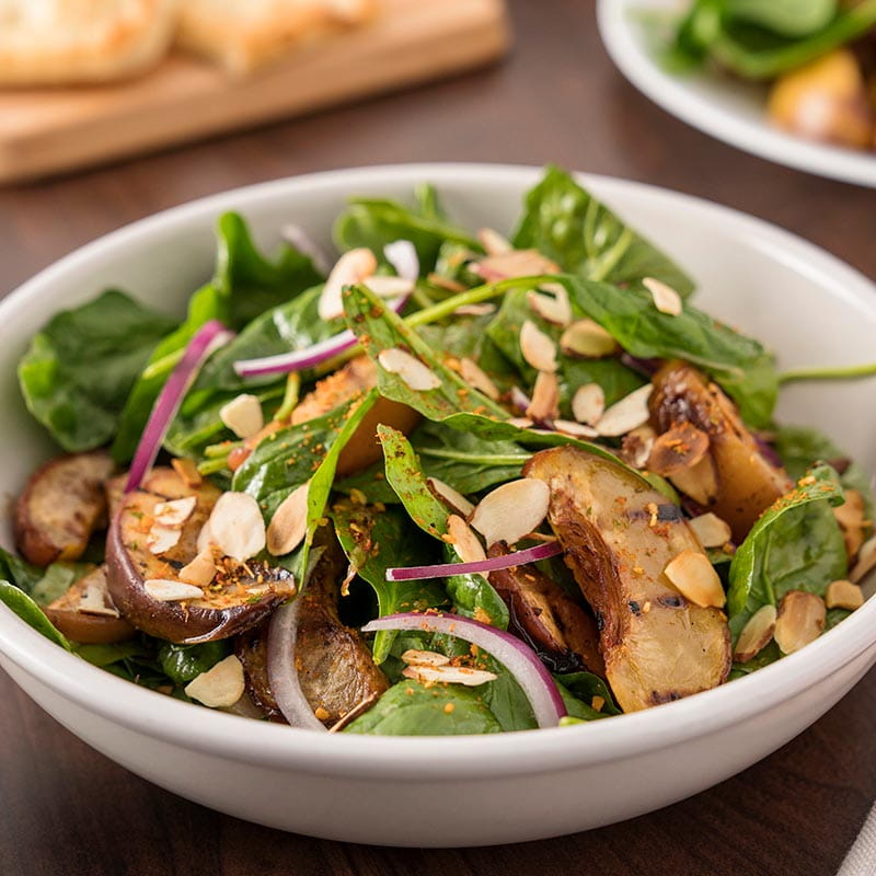Salade aux épinards piri piri avec pêches grillées