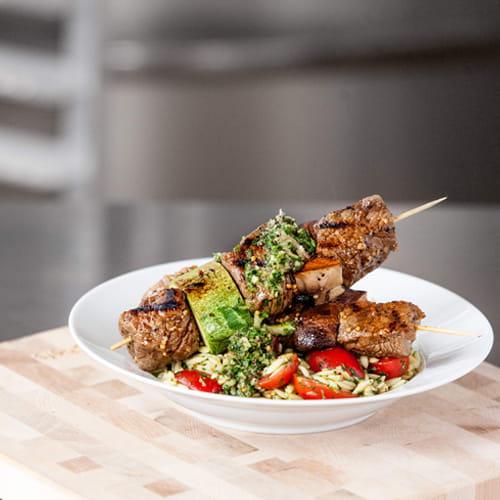 Brochettes de steak au chimichurri et orzo estival