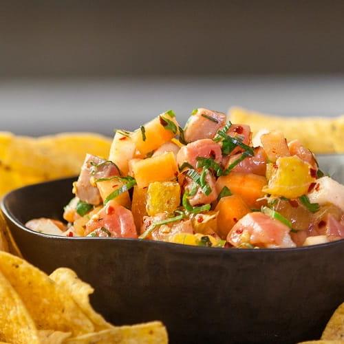 Salsa de ceviche de saumon, servie avec des nachos