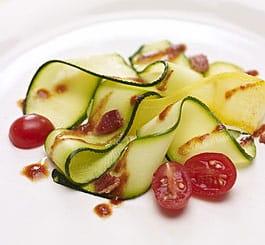 Salade de courges en julienne avec vinaigrette au cari rouge