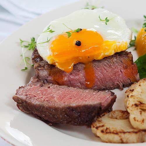 Bifteck, oeufs, pommes de terre, rostis et sauce à bifteck asiatique