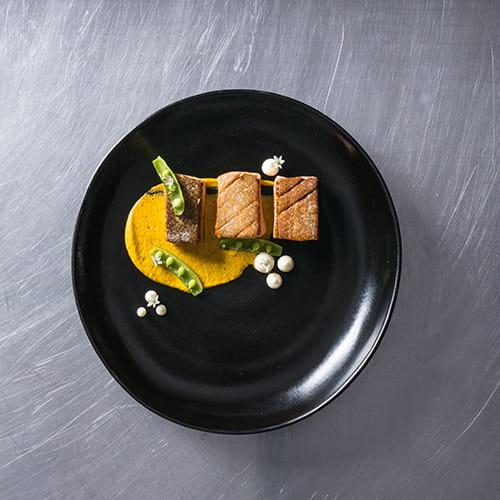 Truite arc-en-ciel, sauce romesco, aïoli et pois sucrés