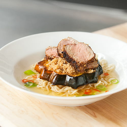 Nouilles ramen à la courge à la cannelle, à l'amarante et au porc thaï