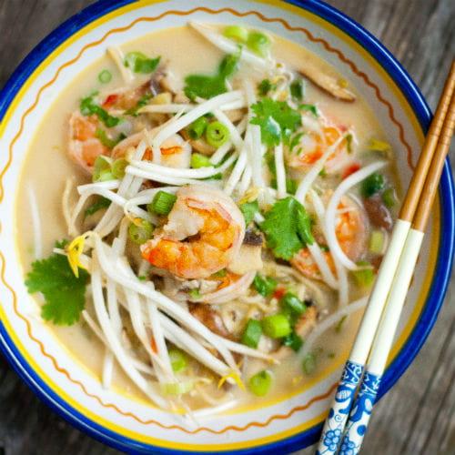 Soupe thaïe aux crevettes, nouilles et noix de coco