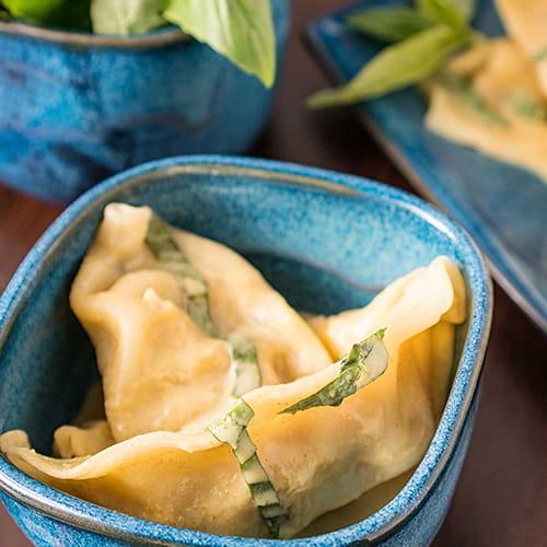 Dumplings au poulet et cari vert