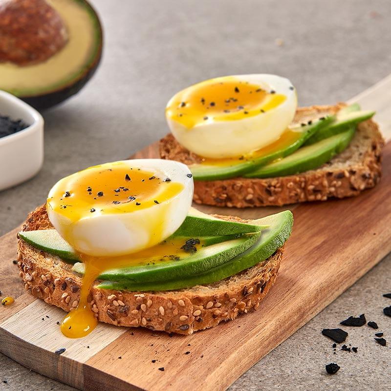 Bruschetta di pane integrale con avocado, uovo barzotto e sale nero di cipro