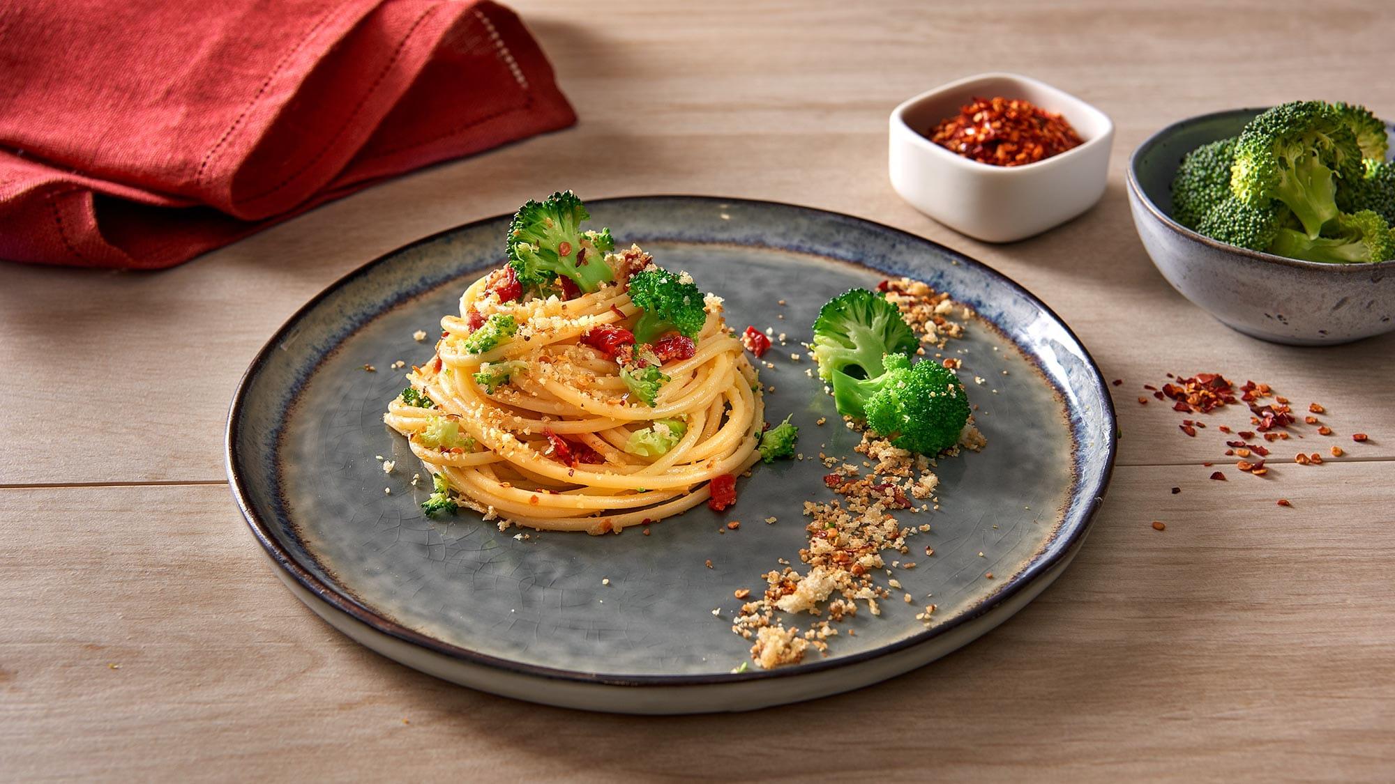 spaghettoni_con_pomodori_secchi_broccoli_peperoncino_extra_piccate_e_pane_croccante_2000