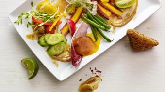 Salade indonésienne Gado Gado accompagnée d'œufs durcis au gingembre et au soja et de toasts aux crevettes